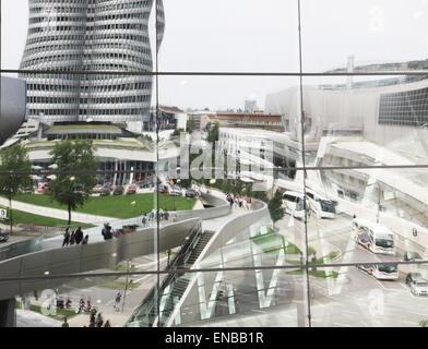 Monaco di Baviera, Germania - BMW sede e museo BMW riflessione sulla futuristica facciata di vetro del mondo BMW Foto Stock
