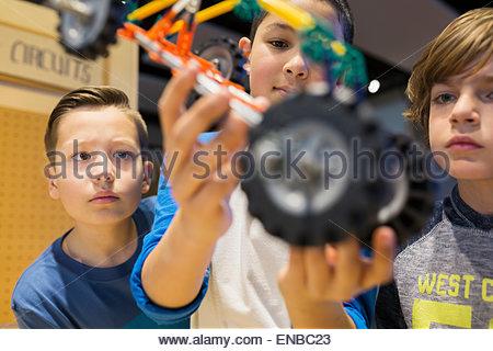 Close up boys assemblaggio auto modello science center Foto Stock