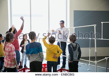 L insegnante e gli studenti modello di assemblaggio pipeline Foto Stock