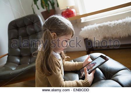 Ragazza videoconferenza con il padre sulla tavoletta digitale Foto Stock