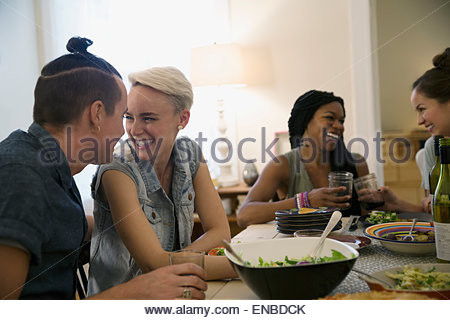 Paio di ridere e di parlare a cena Foto Stock