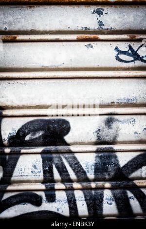 Nella parte anteriore di una serranda scribble. Foto Stock