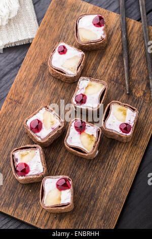 Rotolo dolce con mirtillo formaggio, banana e pancake al cioccolato Foto Stock