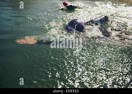 Gli atleti di nuoto in una competizione. Open Water Swimming, atleti nuoto a lunga distanza. Foto Stock