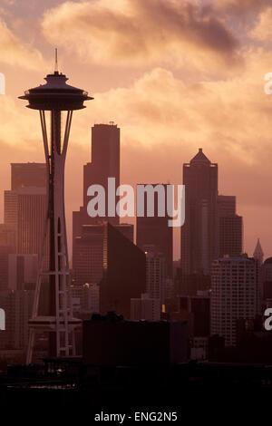 Lo Space Needle e alti edifici in Seattle skyline della città di Washington, Stati Uniti Foto Stock