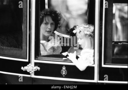 Giorno di nozze del principe Charles e Lady Diana Spencer, 29 luglio 1981. Nella foto: assistenti nuziale in corteo reale, India Hicks (età 13) & Clementina Hambro (di età compresa tra i 5).