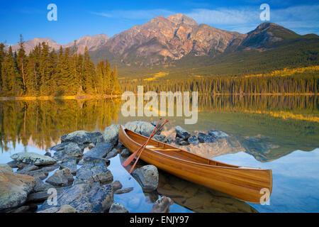 Canoa Lago Piramide con montagna piramidale in background, il Parco Nazionale di Jasper, UNESCO, Alberta, le Montagne Rocciose, Canada Foto Stock