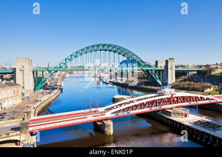 Newcastle upon Tyne città con Tyne Bridge e Swing ponte sul fiume Tyne, Gateshead, Tyne and Wear, England, Regno Foto Stock