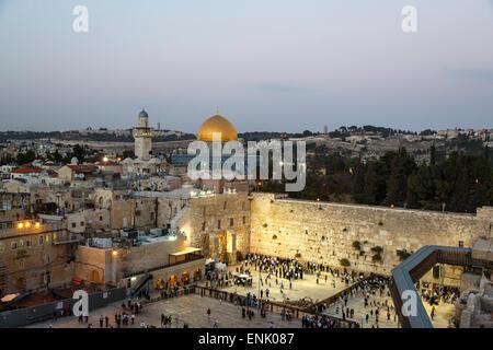 Vista sulla parete occidentale (il Muro del Pianto) e la cupola della moschea di roccia, UNESCO, Gerusalemme, Israele, Foto Stock