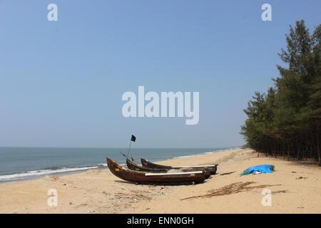 La pesca canoe redatto sulla spiaggia vicino Cherai Foto Stock