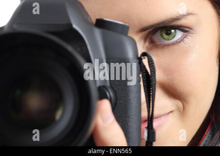 Close up della vista frontale di un fotografo donna occhio fotografare con una fotocamera reflex digitale Foto Stock