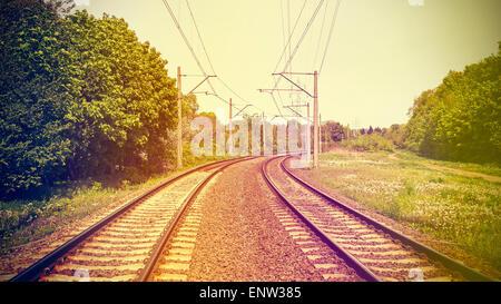 Vintage retrò immagine filtrata di binari ferroviari, vecchi film effetto applicato. Foto Stock