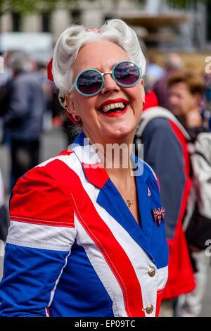 Una Donna vestita di una bandiera europea Costume in Trafalgar Square in occasione del settantesimo anniversario di VE alle celebrazioni del Giorno a Londra, Inghilterra