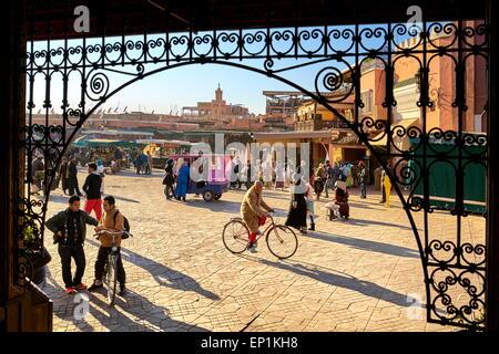 La medina di Marrakesh. Piazza Jemaa el Fna nel primo pomeriggio. Il Marocco Foto Stock