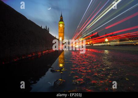 Sentieri di luce attraverso Westminster Bridge con il Big Ben in background, London, Regno Unito Foto Stock