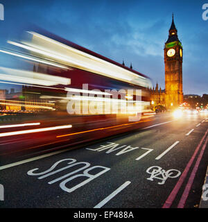 Sentieri di luce sul Westminster Bridge con il Big Ben in background, London, Regno Unito Foto Stock