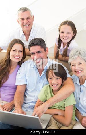 Amorevole famiglia multigenerazionali trascorrere il tempo libero Foto Stock