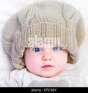 Bambino in un berretto lavorato a maglia Foto Stock