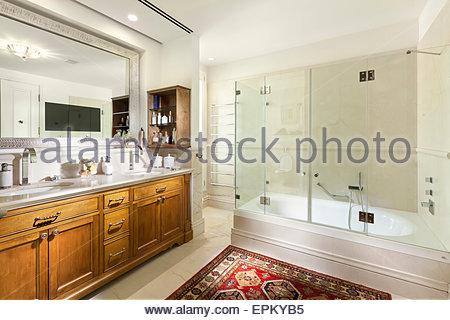 Doppi Lavabi Da Bagno : Sala da bagno con doccia e vasca da bagno con doppio lavabo in marmo