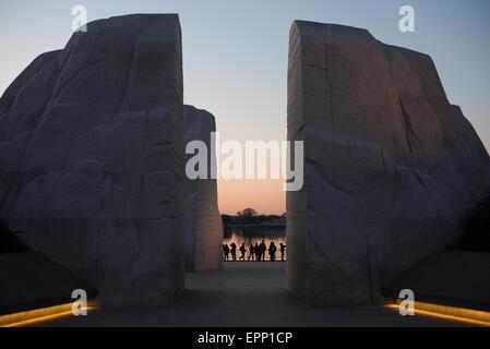 WASHINGTON DC, Stati Uniti d'America - Una vista della MLK Memorial prima dell'alba, guardando attraverso la montagna di speranza verso l'acqua del bacino di marea in distanza. Aperto nel 2011, il Martin Luther King Jr Memorial siede sulle sponde del bacino di marea a Washington DC e commemora il leader dei diritti civili.