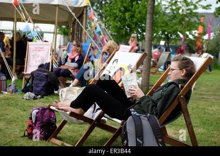 Festival di fieno, POWYS, GALLES - Maggio 2015 - Half Term a Hay Festival un lettore adolescente gode la possibilità Foto Stock