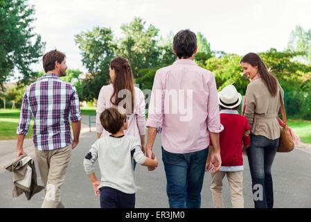 Famiglia camminare insieme all'aperto, vista posteriore Foto Stock