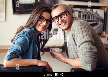 Ritratto di Coppia sorridente al cafe. Cracovia in Polonia