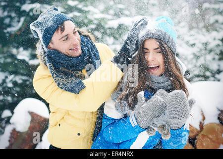 Lotta con le palle di neve in inverno ci rendono più felici. Debica, Polonia Foto Stock