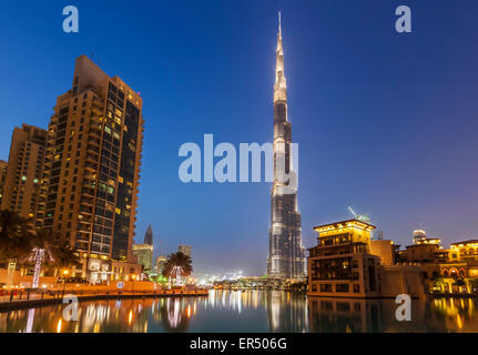 Buj Khalifa illuminata di notte, città di Dubai, Emirati Arabi Uniti, Emirati arabi uniti, Medio Oriente Foto Stock