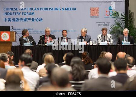 New York, Stati Uniti d'America. 27 Maggio, 2015. Gli ospiti frequentano il cino-americano Publishing & Media Forum industriale durante la BookExpo America (BEA) 2015 in New York, Stati Uniti, 27 maggio 2015. © Li Muzi/Xinhua/Alamy Live News