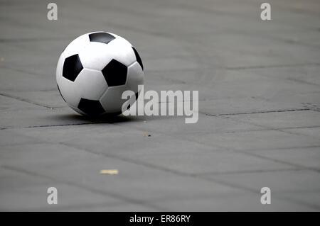 Generic football soccer ball posa su un terreno Foto Stock