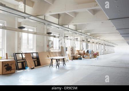 Bianco, confuso industrial interior prima di preparazione durante la settimana del design a Milano il 15 aprile Foto Stock