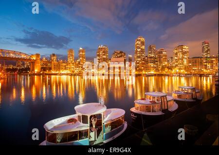 Vancouver Yaletown skyline e False Creek al tramonto visto da Granville Island. Vancouver traghetti al tramonto Foto Stock