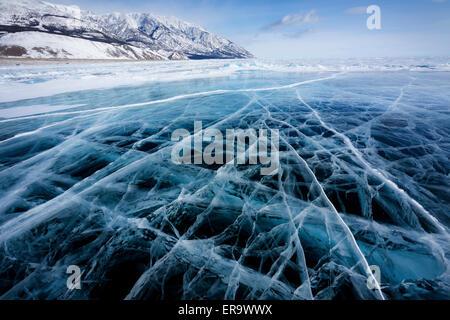 Vista della bella disegni su ghiaccio da crepe e bolle di gas in profondità sulla superficie del lago Baikal in Foto Stock