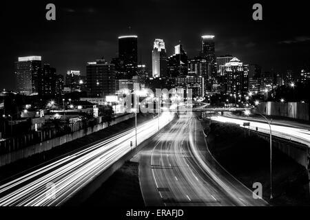 I-35 e lo skyline di notte, visto dalla 24th Street ponte pedonale, a Minneapolis, Minnesota.