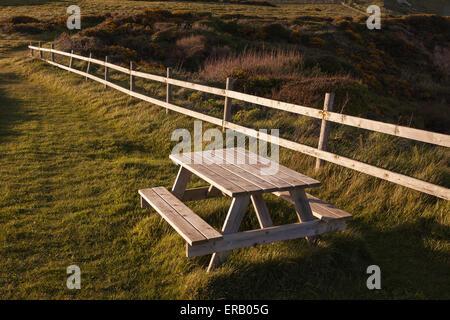 Un banco accanto a un sentiero costiero su un giorno di estate Foto Stock