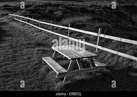 Un banco accanto a un sentiero costiero Foto Stock