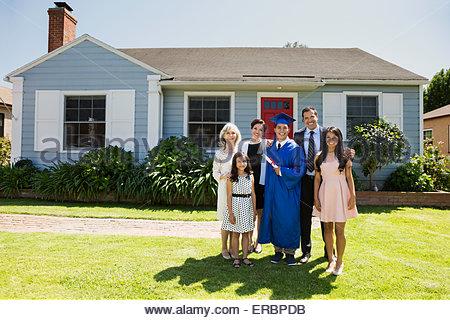 Ritratto multi-generazione famiglia e laurearsi cortile anteriore Foto Stock