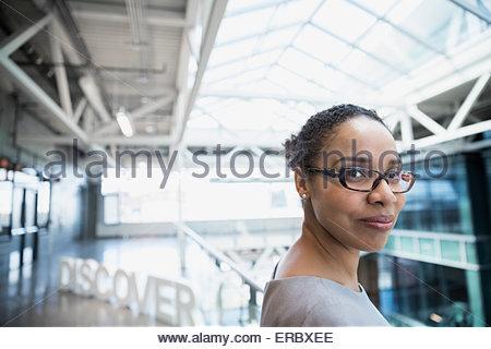 Ritratto fiducioso imprenditrice vicino a 'Discover' atrio di testo Foto Stock