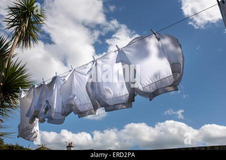 Vestiti di bianco sulla linea di lavaggio Foto Stock