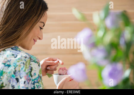 La donna caucasica bicchiere di tè Foto Stock