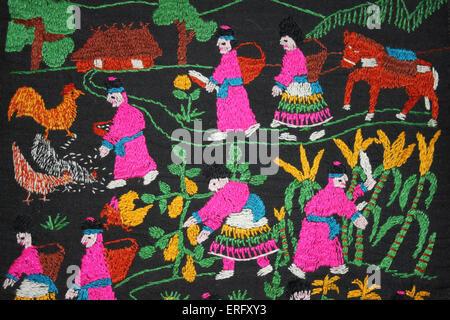 Ricamo classico della collina Hmong-tribù nel Nord della Thailandia raffiguranti la vita di tutti i giorni di allevamento Foto Stock