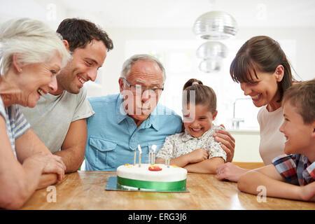 Multi generazione Famiglia Nonno festeggia il compleanno Foto Stock