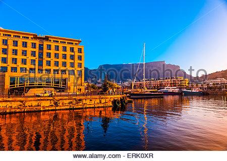 V&A Waterfront con Cape Grace Hotel e Table Mountain dietro, Cape Town, Sud Africa. Foto Stock
