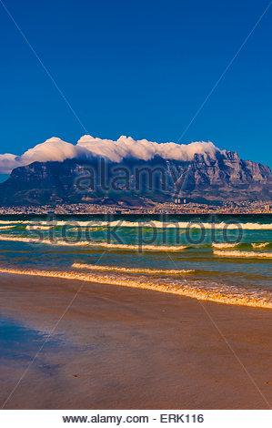 Vista di Città del Capo e di Table Mountain dalla spiaggia di Milnerton, Sud Africa. Foto Stock