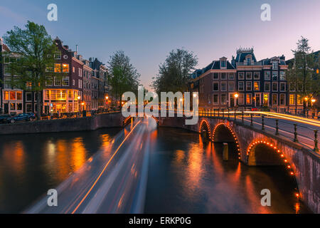 Una serata sui canali vicino il Keizersgracht a Amsterdam, Paesi Bassi.