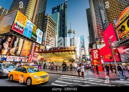 Times Square la folla e il traffico al crepuscolo in New York City. Foto Stock