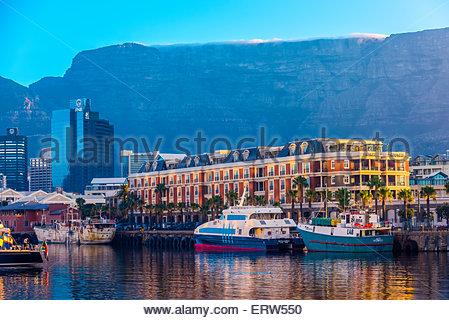 Cape Grace Hotel con il quartiere centrale degli affari e Table Mountain dietro, Victoria & Alfred Waterfront, Città Foto Stock