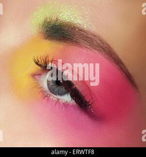 Cosmetici. Mascara. Donna di occhio con il trucco colorato Foto Stock