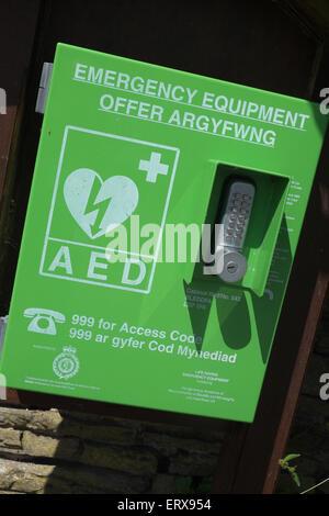Defibrillatore automatico esterno - AED - equipaggiamenti di emergenza nelle zone rurali del Galles REGNO UNITO Foto Stock